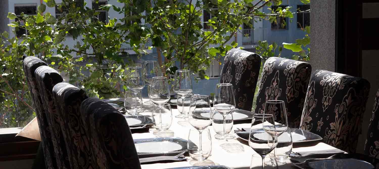 Mesa del restaurante con vista exteriores